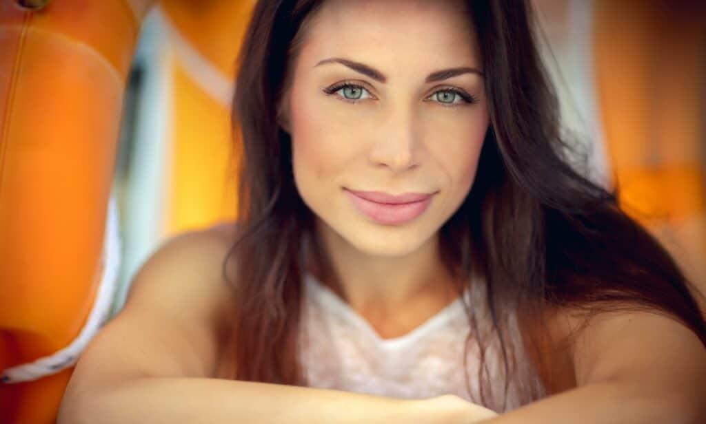 7 einfache Make-up-Techniken, um dein Gesicht schlanker aussehen zu lassen.